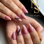 manicure pink, z czarnym zdobieniem 3D