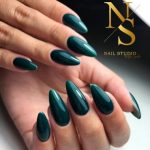 paznokcie, przedłuzanie paznokci na formie, manicure butelkowa zieleń, manicure szmaradgowy