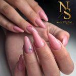 paznokcie żelowe, manicure żel, róż, blady róż, wzorki na paznokciach, delikatne żelowe paznokcie
