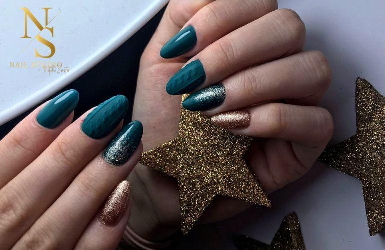 zielone paznokcie, paznokcie sweterek, złoty paznokieć, pyłek na paznokciach, paznokcie 3D