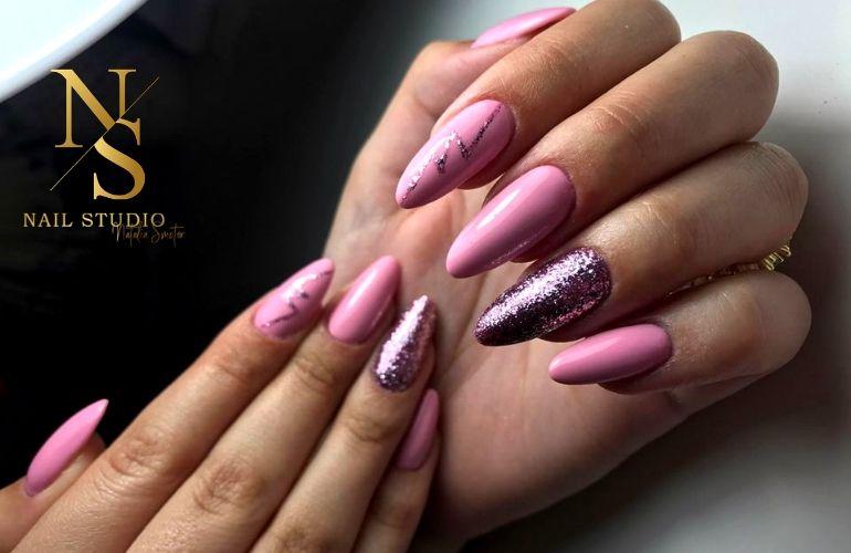 paznokcie w odcieniach różu, brokatowy pył na paznokciach, różowe paznokcie, paznokcie żelowe
