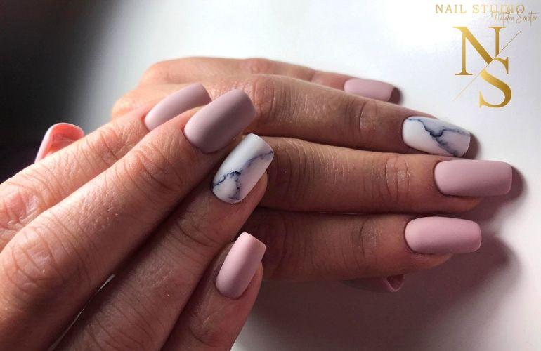 manicure marmurkowy, paznokcie jasny róż, paznokcie hybrydowe