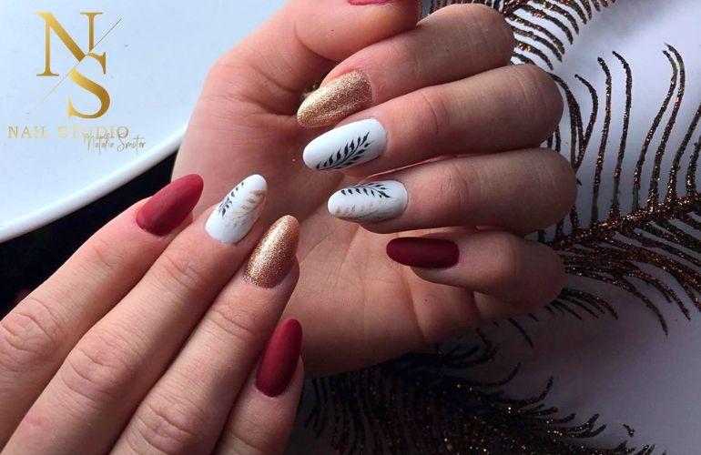 paznokcie z liściem, złoto, czerwiń, błyszczące paznokcie