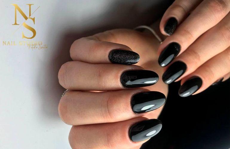 czarne błyszczące paznokcie, czarny brokat na paznokciach, czarny pyłek na paznokciach