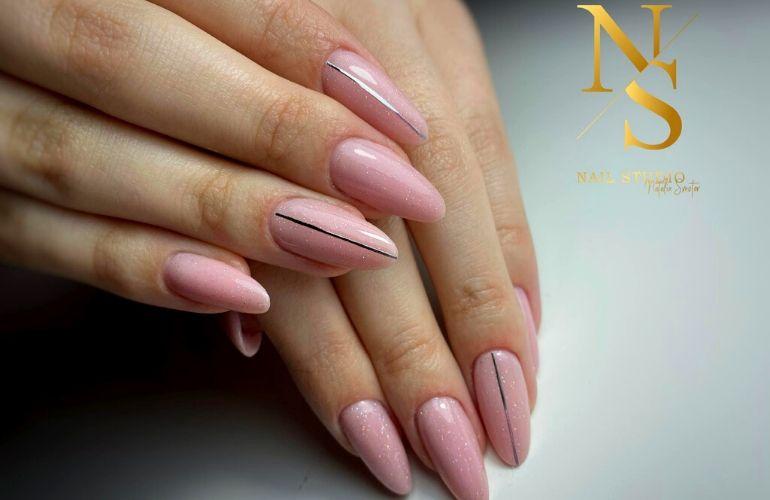 delikatne, błyszczące paznokcie, różowe błyszczące paznokcie, kreska na paznokciach, prosty wzór na paznokciach