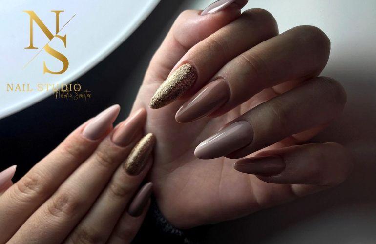 przedłużanie paznokci żelem na formie efekt, paznokcie nude, pyłek brokatowy na paznokciach