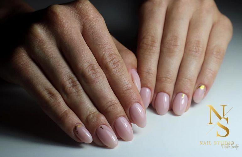 manicure delikatny, paznokcie mleczne, złota aplikacja na paznokciach, złoty pyłek na paznokcie