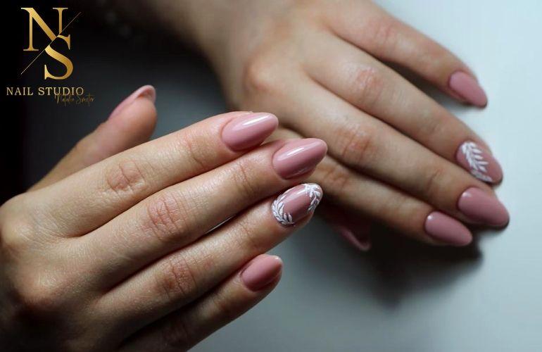 paznokcie po zabiegu, manicure nude, listki na paznokciu