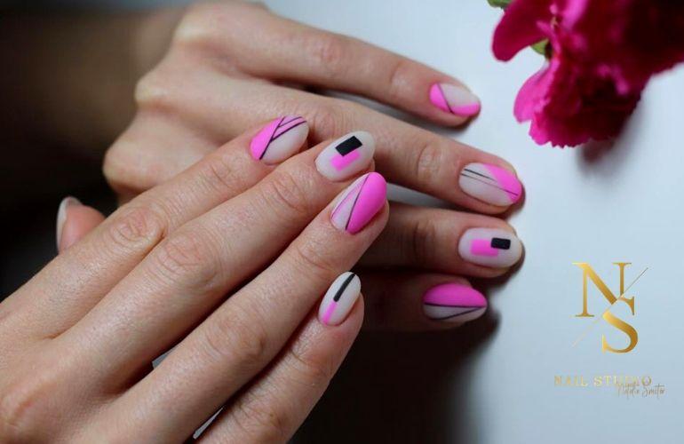 geometryczne paznokcie, neonowy róż, różowy neon na paznokcie, manicure
