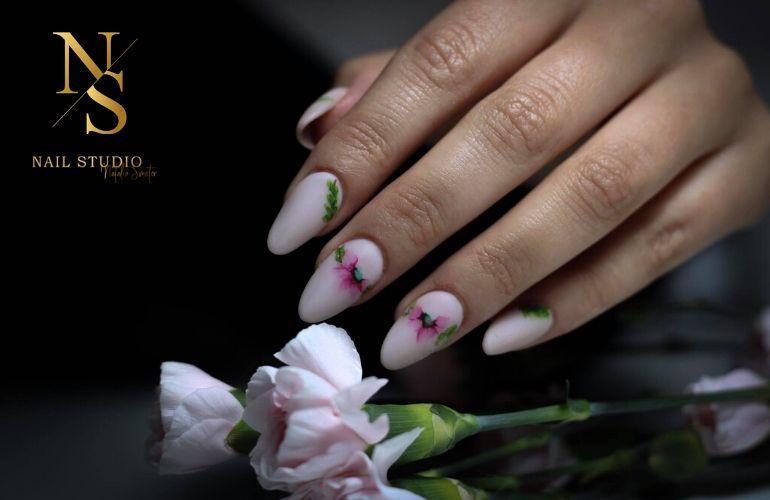 paznokcie z kwiatami, kwiat na paznokciach, delikatny kwiatowy manicure
