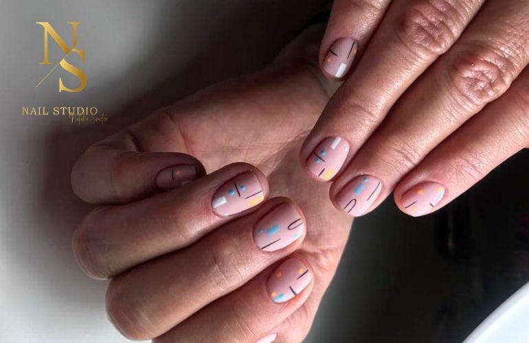 wzory na paznokcie geometryczne, paznokcie nude z wzorem