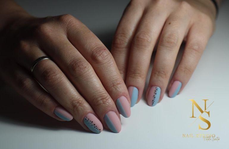 pastelowe paznokcie, pastelowe kolory na paznokcie, paznokcie z kropkami, kropki na paznokciach