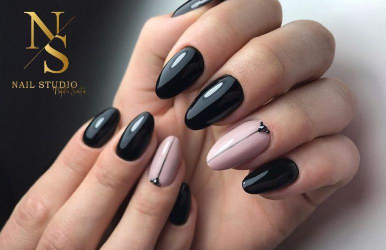czarne paznokcie z połyskiem, beżoewe paznoksie z aplikacją, wzór na paznokciach, cyrkonie na paznokciach