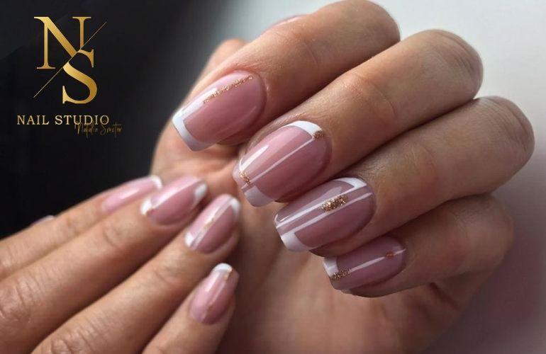 French manicure, manicure francuski, french ze złotą aplikacją