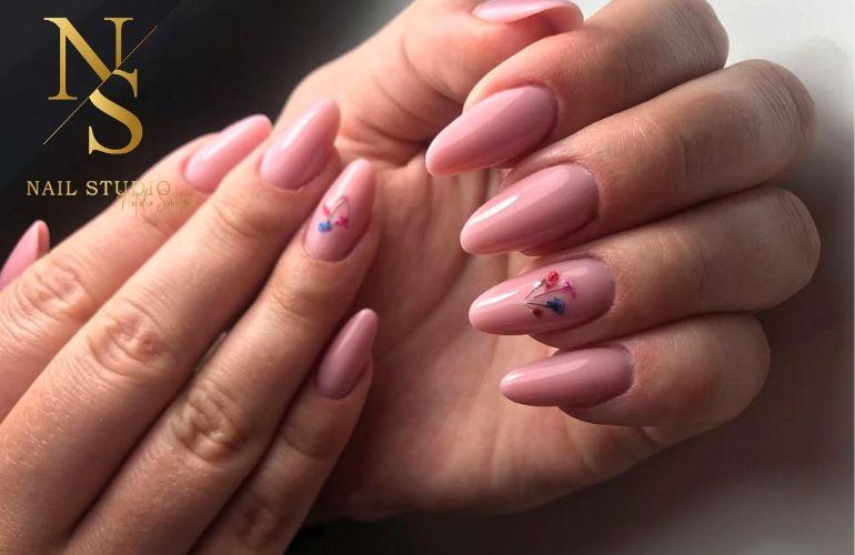 żelowe paznokcie, blady róż, paznokcie z kwiatem, kwiatki na paznokciach, przedłużanie żelem
