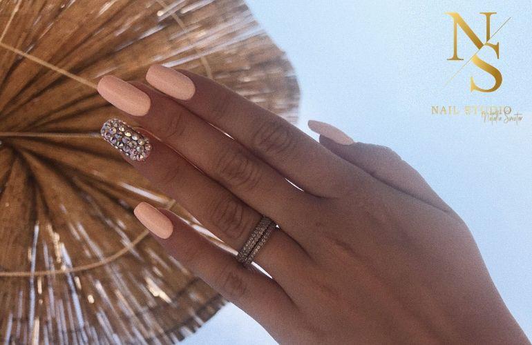 paznokcie z cyrkoniami swarovski