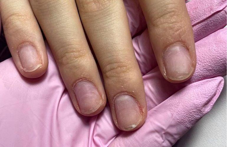 dłoń przed stylizacją paznokci