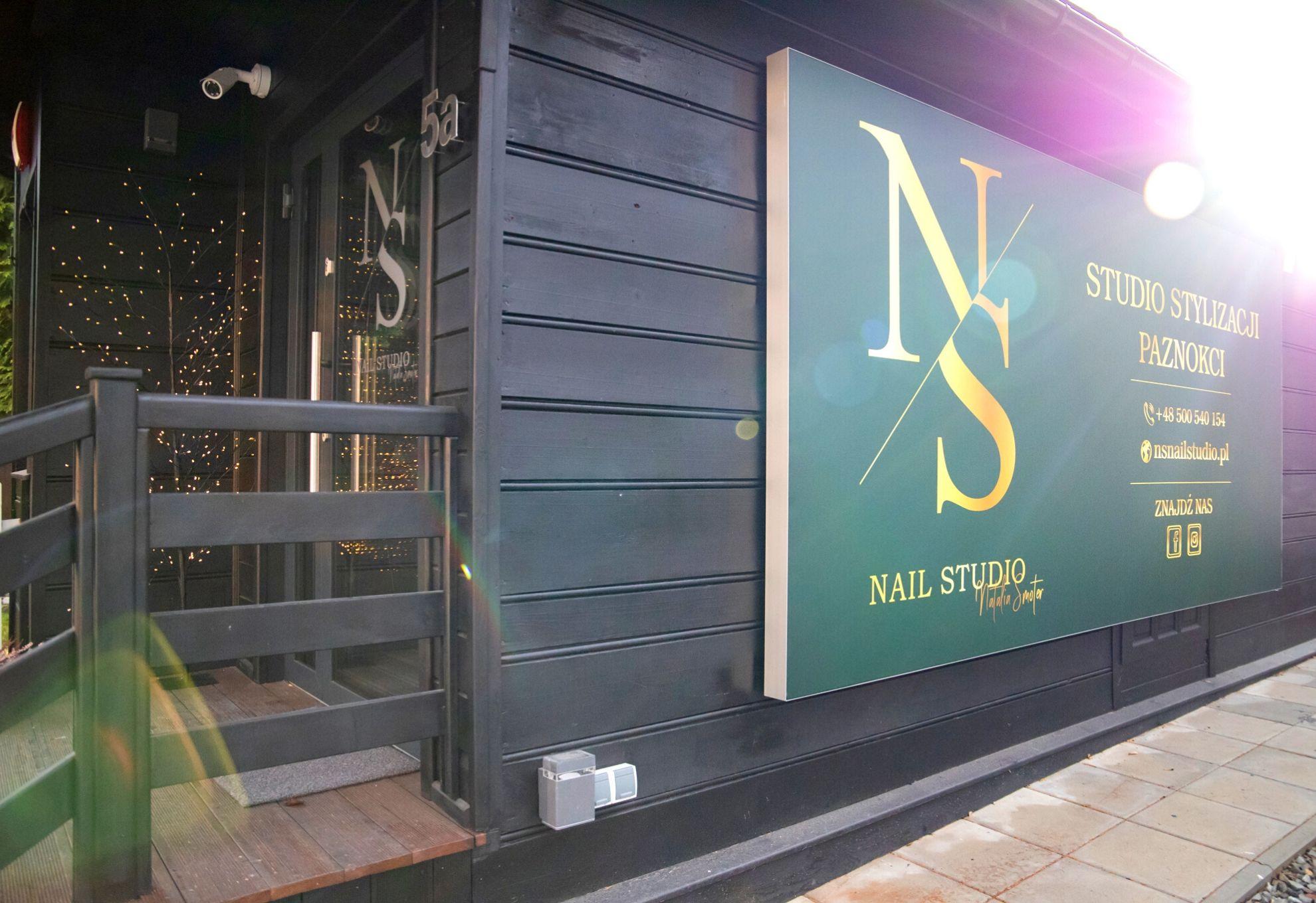 NS Nail Studio - wnętrze salonu stylizacji paznokci, budynek