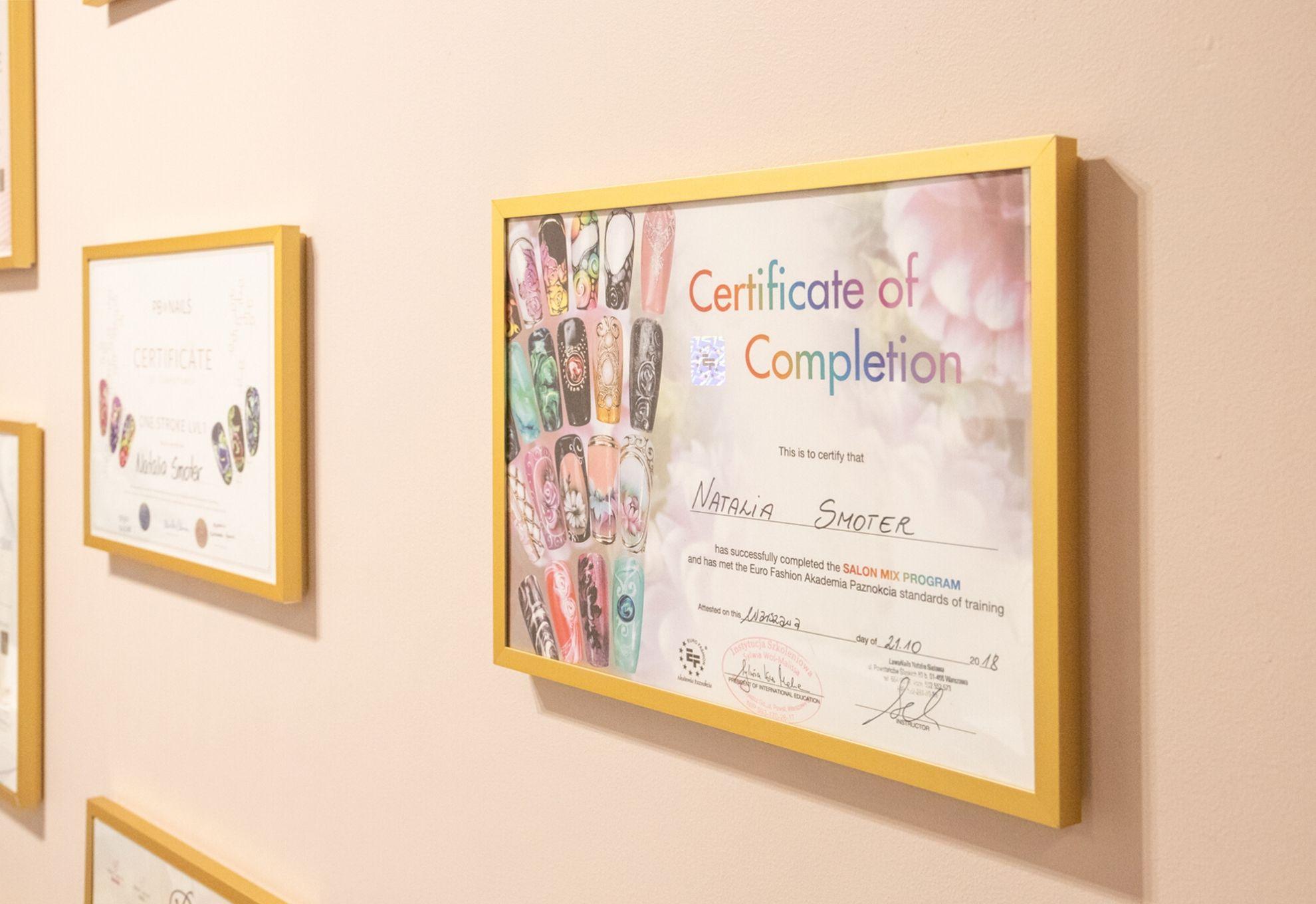 NS Nail Studio - wnętrze salonu stylizacji paznokci, certyfikaty