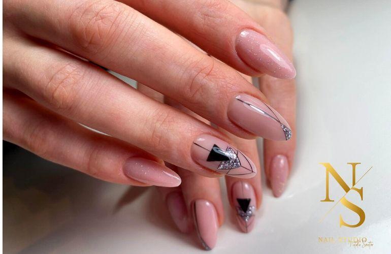 geometryczne, recznie malowane wzory na paznokciach